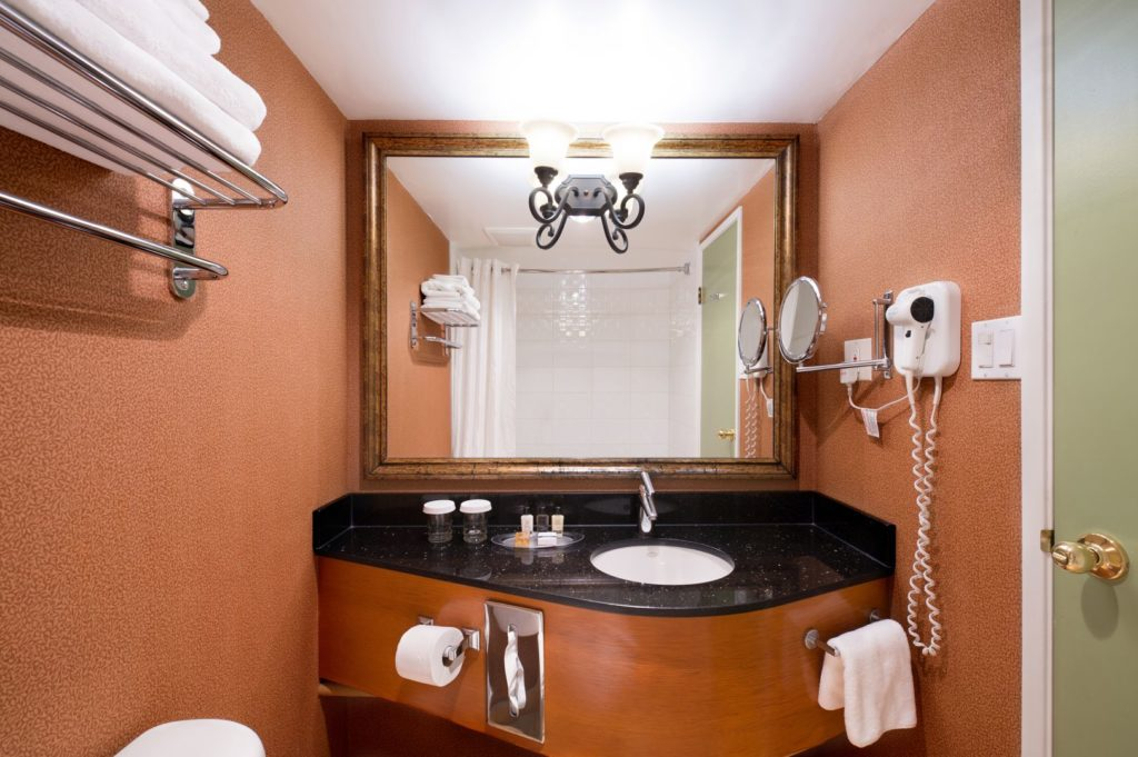 large king bathroom